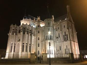 Palacio de Gaudí at night